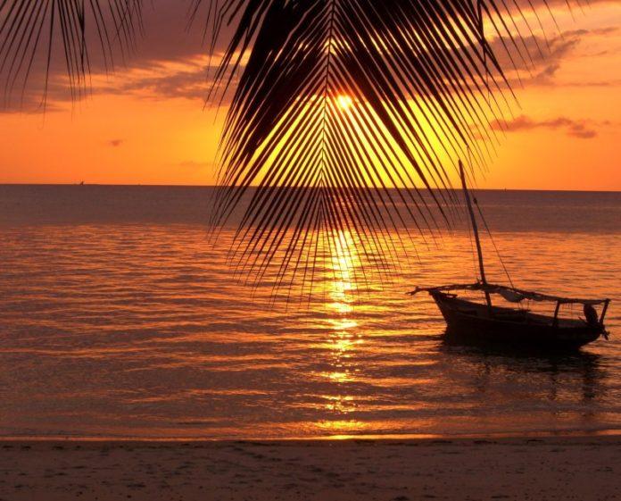 Ruta-en-barco-durante-la-puesta-de-sol-por-la-costa-Zanzíbar1